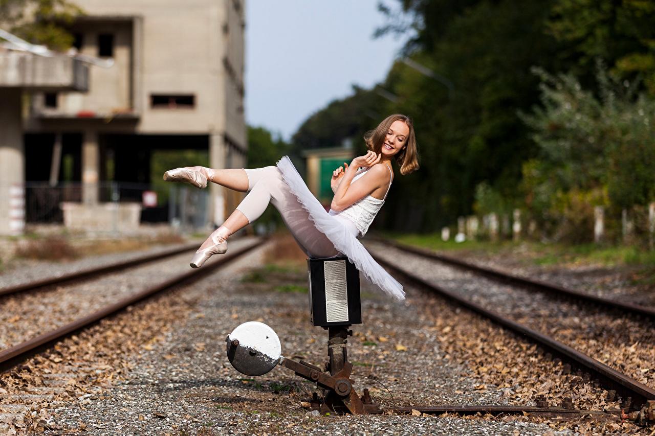 Фотографии Балет Улыбка рельсах Размытый фон девушка ног сидящие балета балете Рельсы улыбается боке Девушки молодая женщина молодые женщины Ноги сидя Сидит