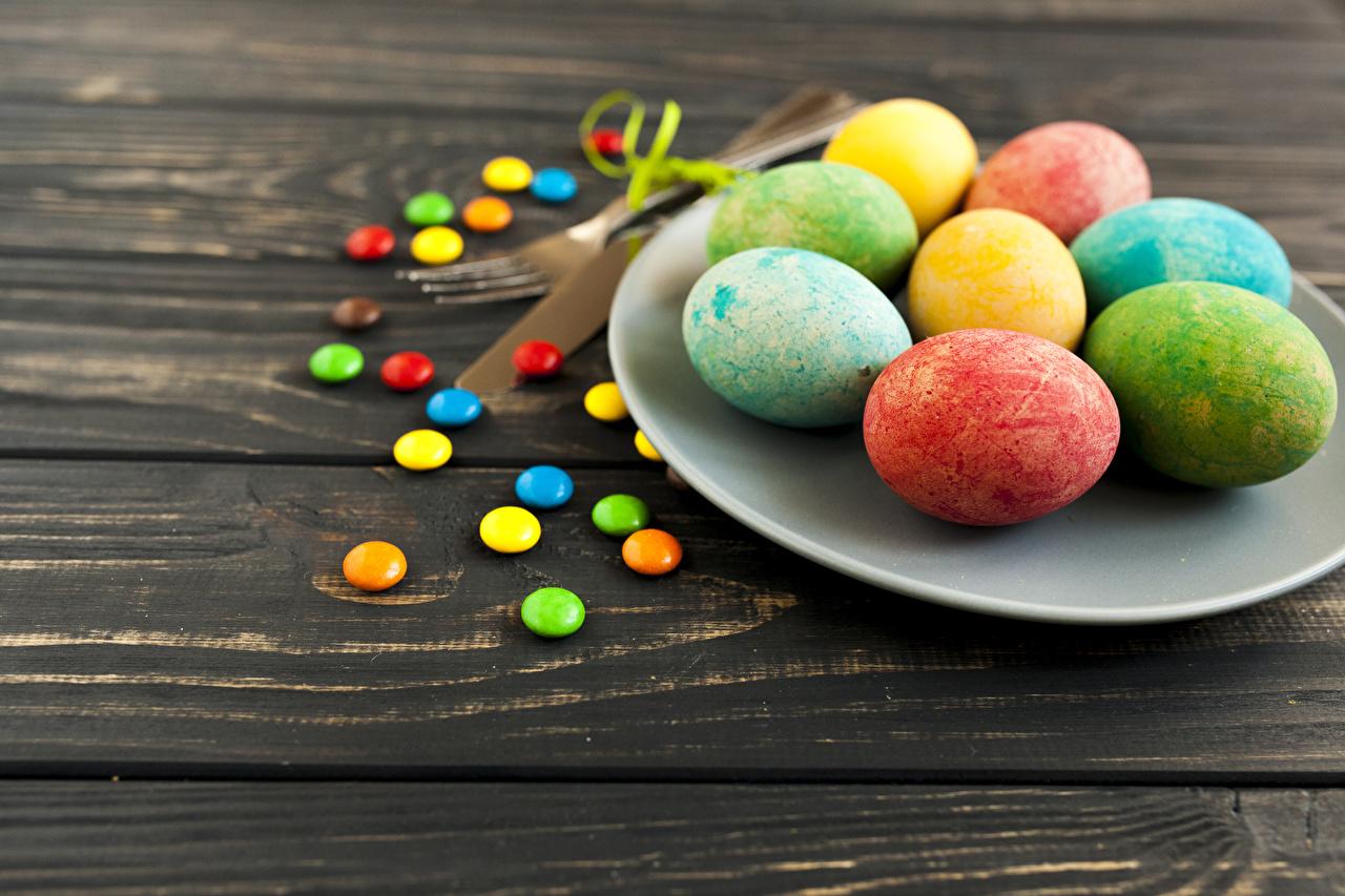 Картинки Пасха Разноцветные Яйца Конфеты тарелке Праздники Доски яиц яйцо яйцами Тарелка