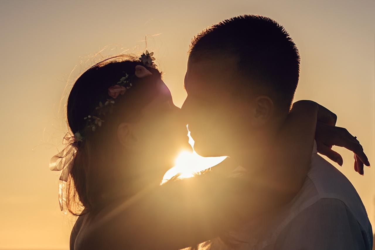 Картинка мужчина Влюбленные пары Силуэт поцелуи 2 Объятие молодые женщины Рассветы и закаты Мужчины любовники силуэты силуэта целует Поцелуй целование целоваться две два Двое вдвоем Девушки девушка обнимает обнимаются молодая женщина рассвет и закат