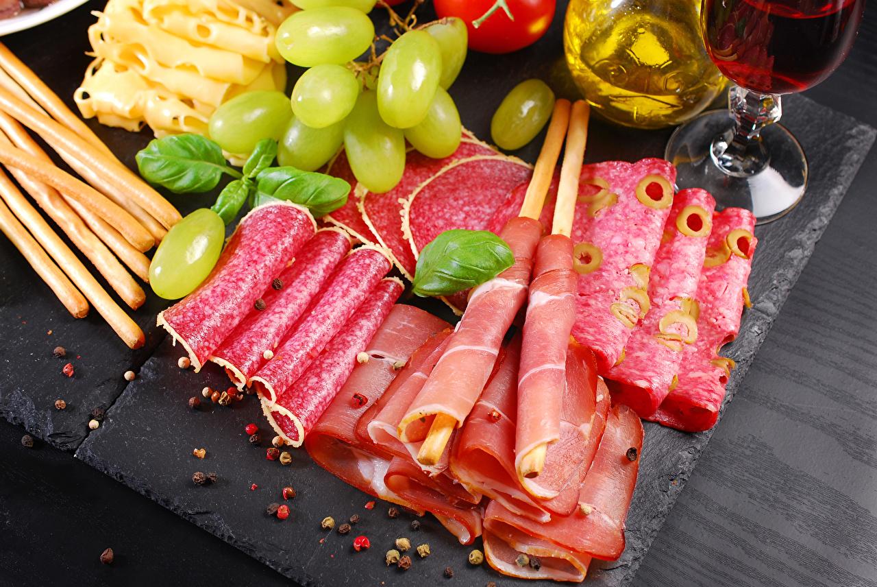 Фотография Колбаса Ветчина Виноград Еда нарезка Мясные продукты Пища Продукты питания Нарезанные продукты
