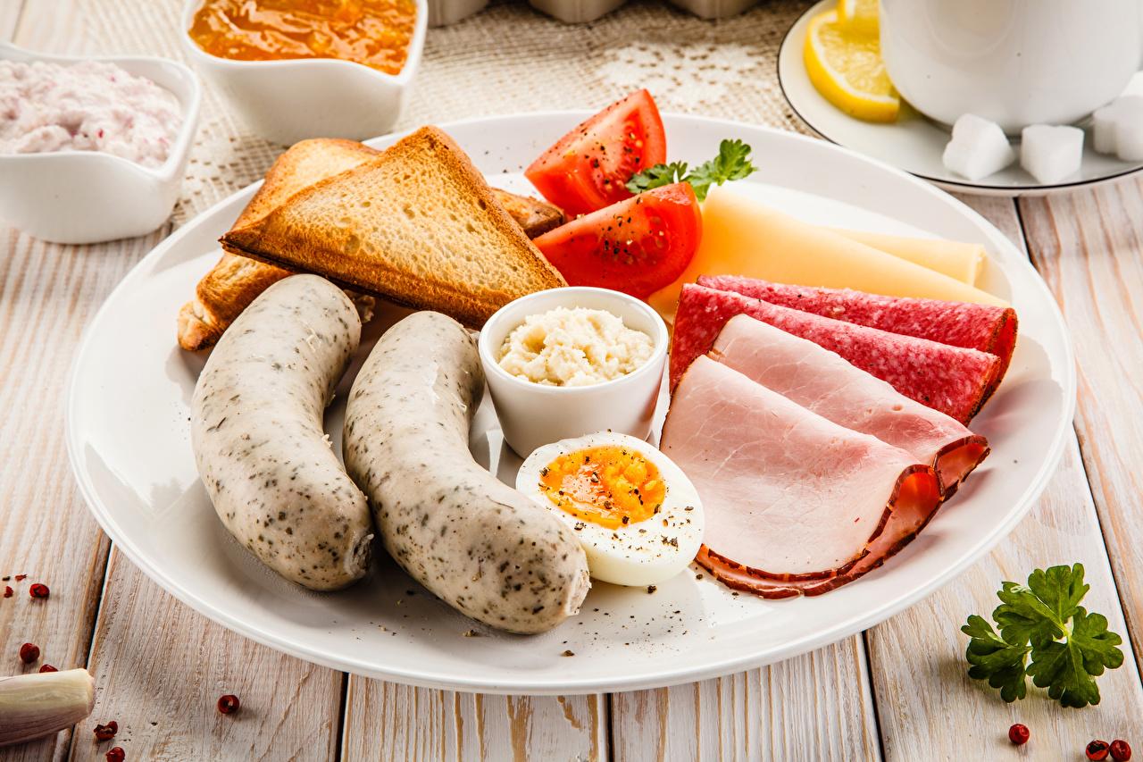 Фотографии Яйца Завтрак Колбаса Хлеб Сосиска Еда нарезка Тарелка яиц яйцо яйцами Пища тарелке Продукты питания Нарезанные продукты