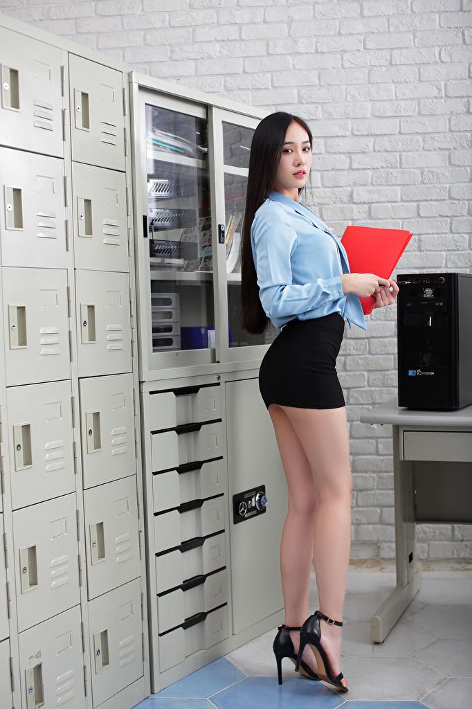 Обои для рабочего стола юбке Секретарши Блузка Девушки ног Азиаты смотрит  для мобильного телефона юбки Юбка секретарша девушка молодая женщина молодые женщины Ноги азиатки азиатка Взгляд смотрят