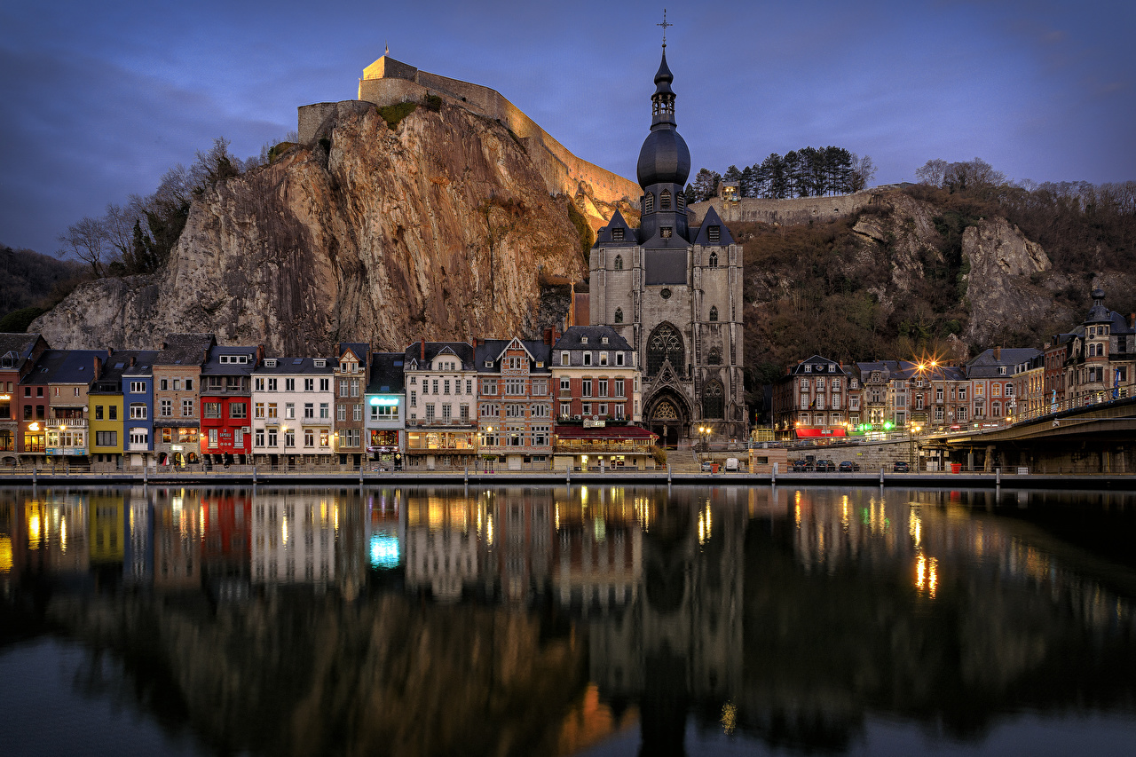 Картинки Бельгия Dinant скалы Реки Вечер Храмы Дома город Утес Скала скале храм река речка Города Здания