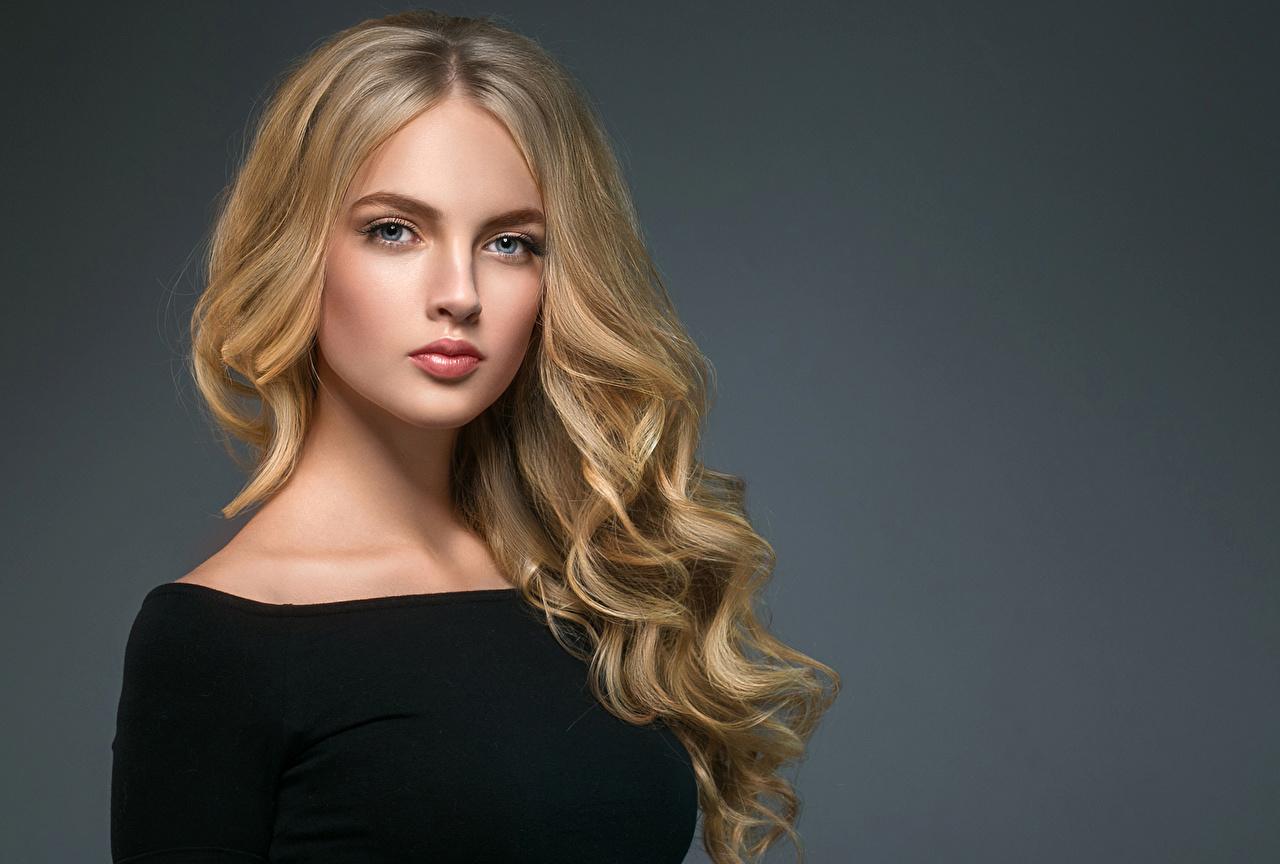 Картинки Блондинка Красивые волос молодая женщина Взгляд сером фоне блондинок блондинки красивый красивая Волосы Девушки девушка молодые женщины смотрят смотрит Серый фон