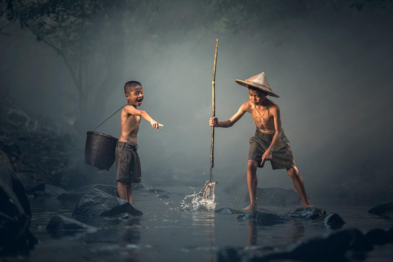 Картинка Мальчики Дети Двое Шляпа ловля рыбы Азиаты Ребёнок 2 вдвоем Рыбалка