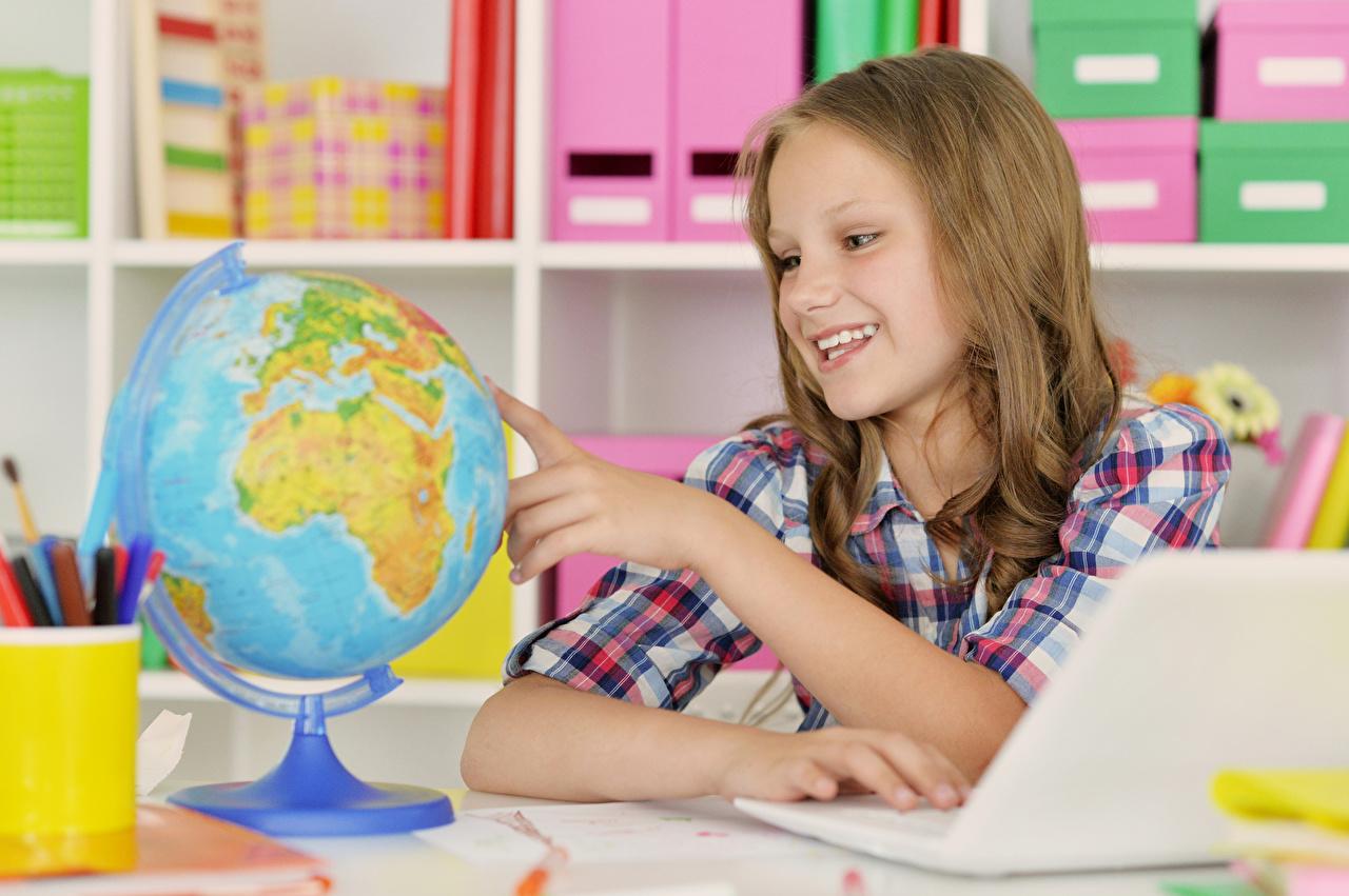 Обои для рабочего стола девочка Улыбка глобусом Дети Руки Девочки Глобус глобусы улыбается ребёнок рука