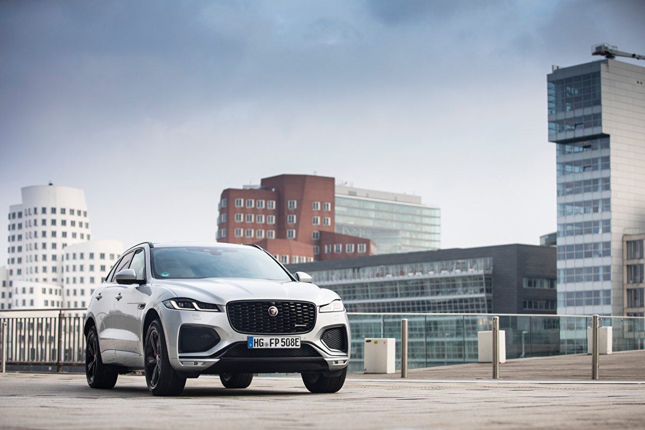 Фотография Jaguar F-Pace P400e R-Dynamic AWD, Worldwide, 2020 -- серебряный машины Металлик Дома Ягуар серебряная Серебристый серебристая авто машина Автомобили автомобиль Здания