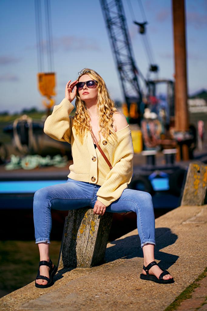 Фотография Carla Monaco Блондинка Размытый фон Поза девушка Джинсы очков сидящие  для мобильного телефона блондинки блондинок боке позирует Девушки молодая женщина молодые женщины джинсов Очки сидя Сидит очках