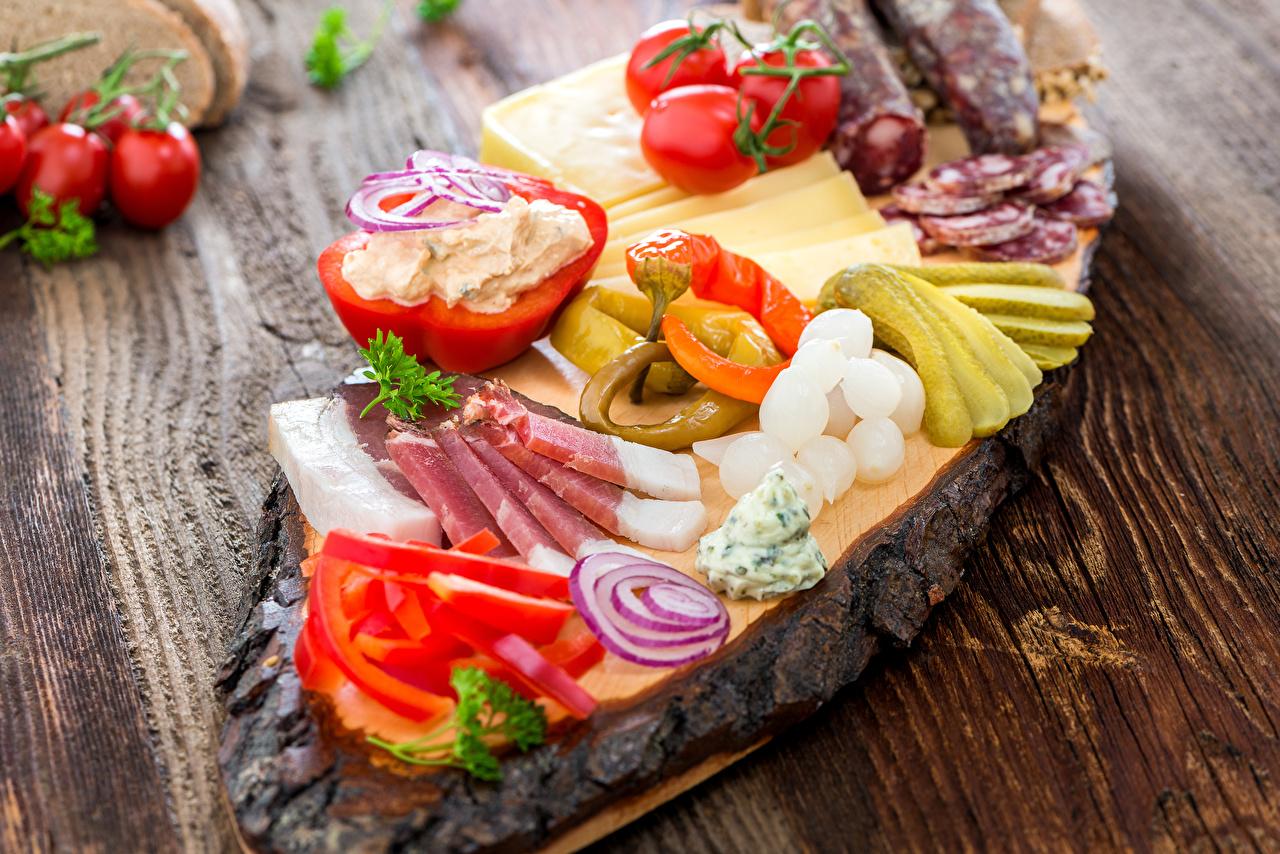Обои для рабочего стола Огурцы Томаты Ветчина Еда Перец Овощи Доски Помидоры Пища Продукты питания