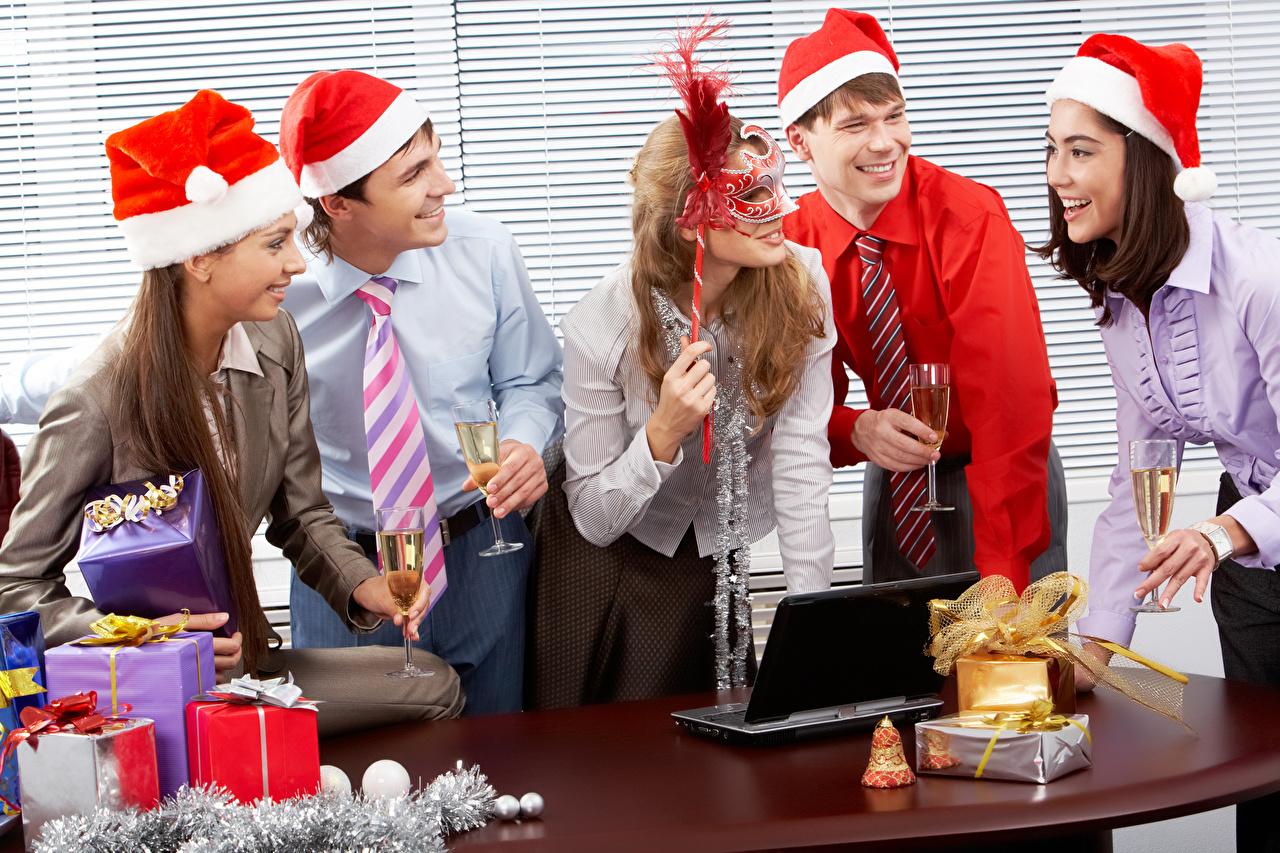 Картинки Ноутбуки Рождество Мужчины Улыбка Девушки Галстук Подарки Маски Бокалы Праздники Офис Новый год