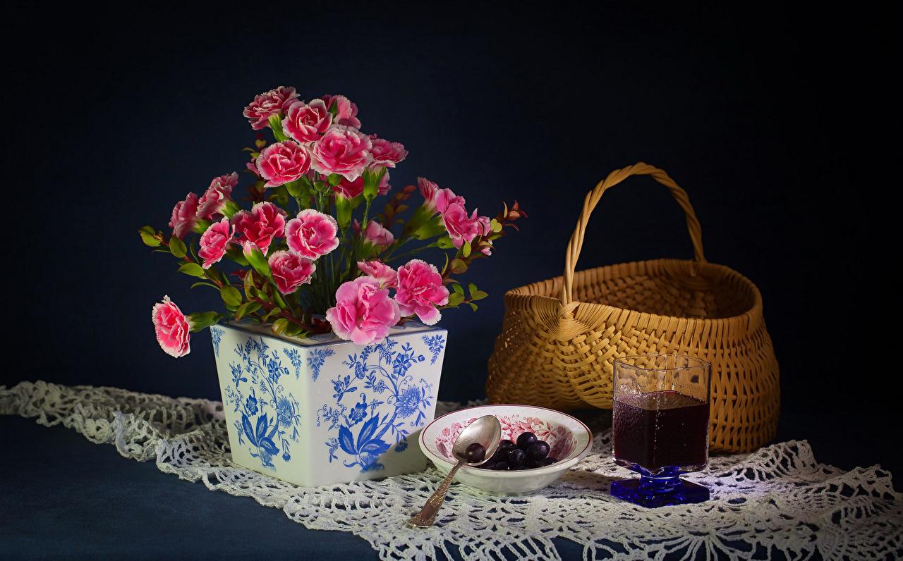 Фотография Сок Розовый цветок стакане Корзина гвоздика Еда вазы Натюрморт розовых розовые розовая Цветы Стакан стакана корзины Корзинка Гвоздики Пища Ваза вазе Продукты питания