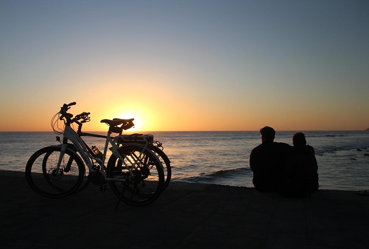Фотографии Канары Испания Maspalomas, Gran Canaria велосипеды две Море обнимаются Рассветы и закаты сидящие канарские острова Велосипед велосипеде 2 два Двое вдвоем Объятие обнимает сидя Сидит