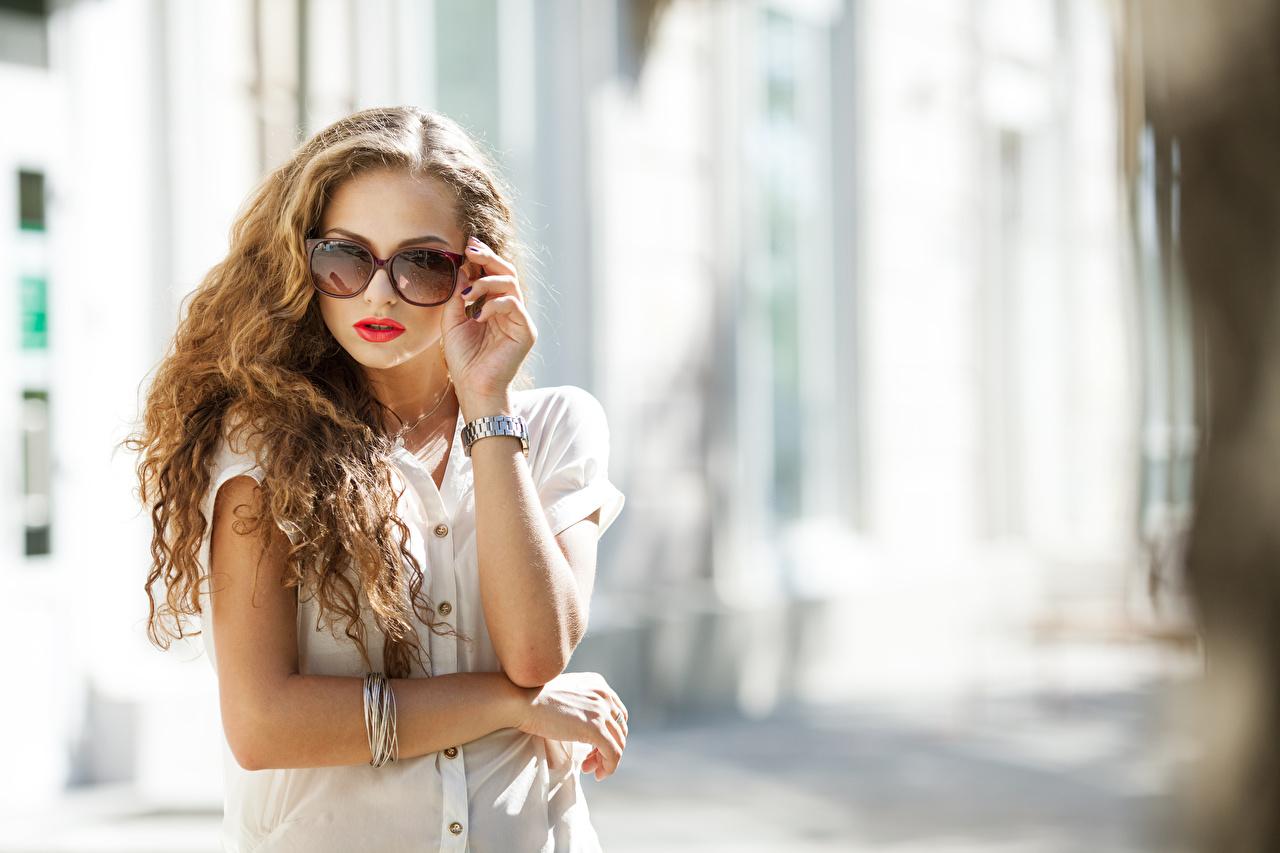 Фотография боке Наручные часы Девушки Руки очков Размытый фон девушка молодая женщина молодые женщины Очки рука очках