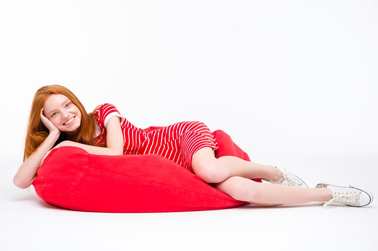 Фото рыжие кедами Улыбка молодые женщины Белый фон платья рыжих Рыжая Кеды кедах улыбается девушка Девушки молодая женщина белом фоне белым фоном Платье