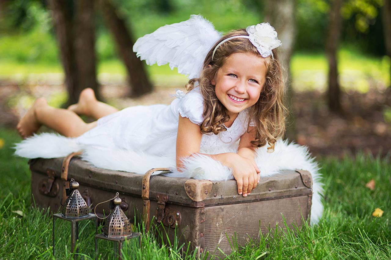 Фотографии Девочки ребёнок Ангелы Трава Платье девочка Дети ангел траве платья