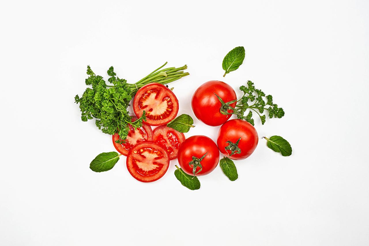 Обои для рабочего стола Томаты Еда Овощи белым фоном Помидоры Пища Продукты питания Белый фон белом фоне