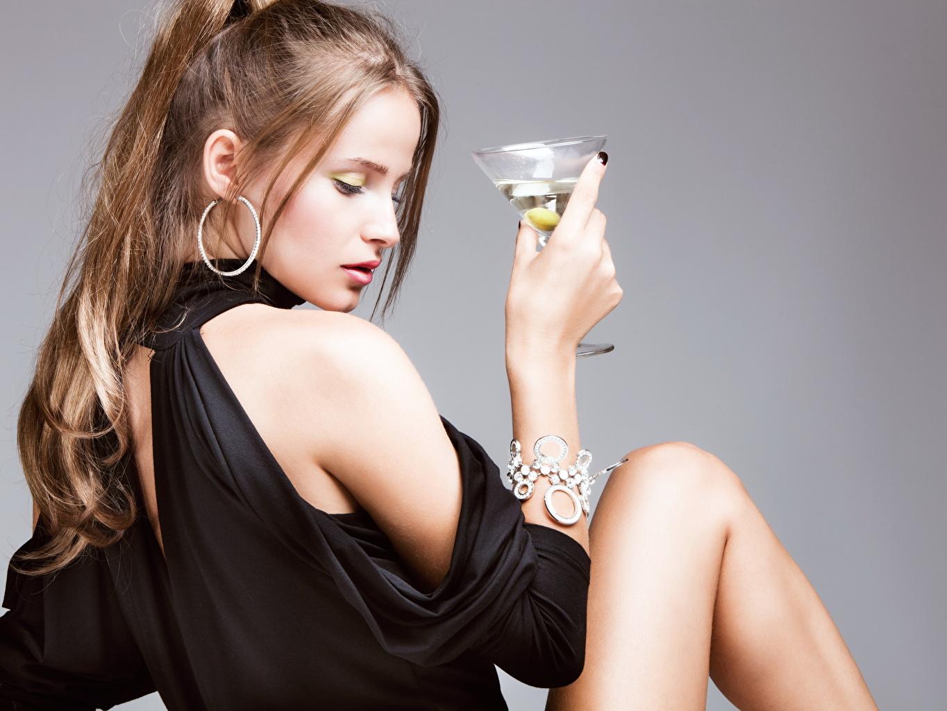 Картинка Шатенка девушка Браслет рука серег Бокалы Серый фон шатенки Девушки молодая женщина молодые женщины Руки бокал Серьги сером фоне