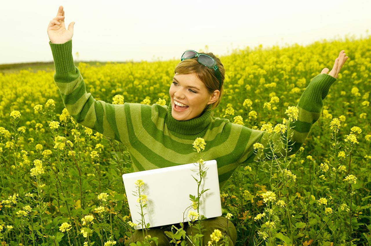 Фотографии ноутбук Шатенка счастье Девушки Поля Руки Очки Ноутбуки шатенки Радость счастливые рука очках очков