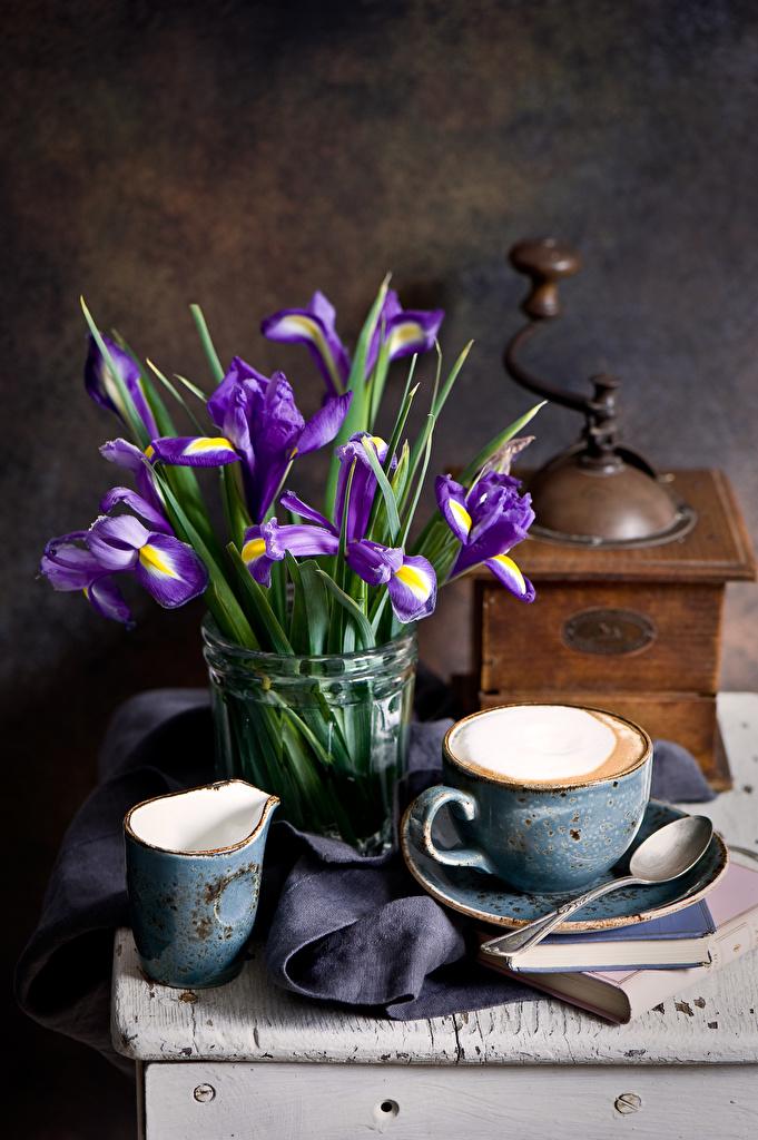 Фото Кофе ирис Цветы Еда Ложка чашке Натюрморт  для мобильного телефона Ирисы цветок Пища ложки Чашка Продукты питания