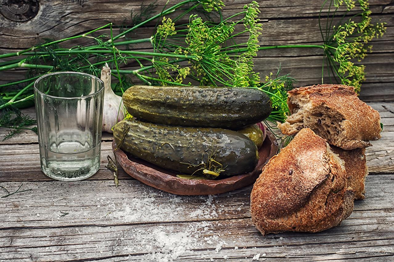 Обои для рабочего стола Водка Огурцы Хлеб Укроп Стакан Продукты питания Натюрморт Доски стакана стакане Еда Пища