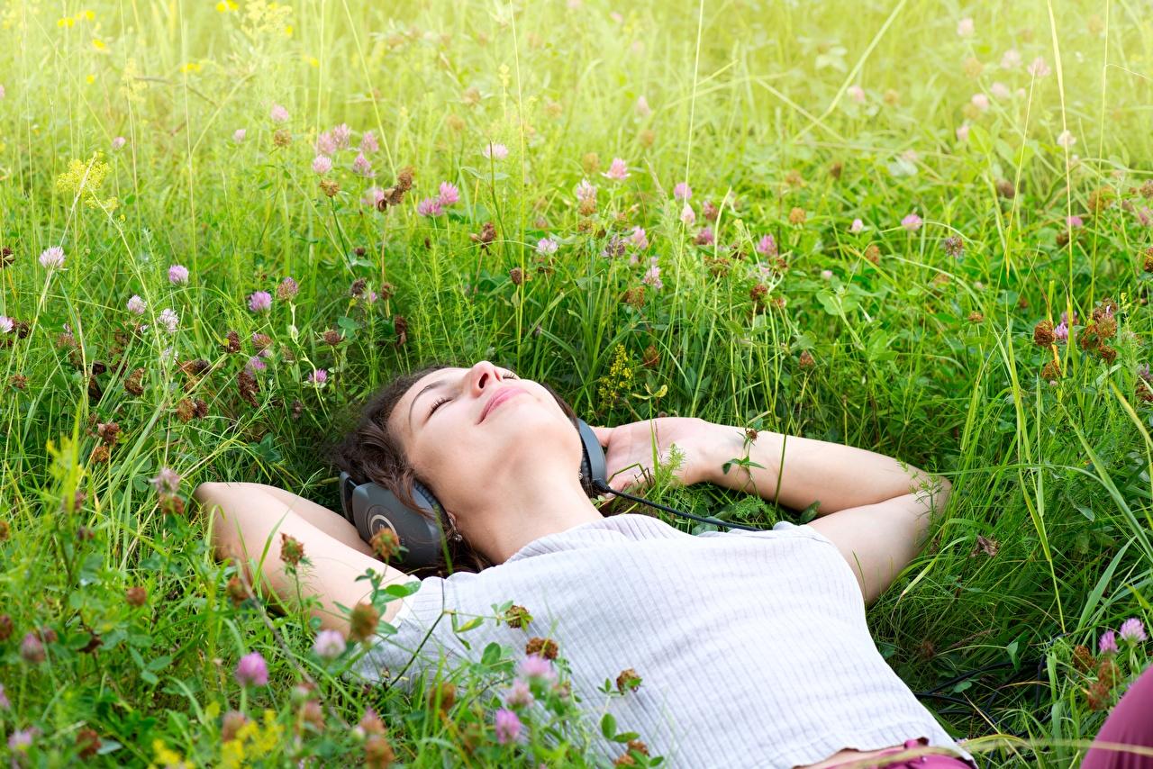 Обои для рабочего стола в наушниках Лежит релакс молодая женщина Руки Трава Наушники лежа лежат лежачие Отдых девушка Девушки отдыхает молодые женщины рука траве
