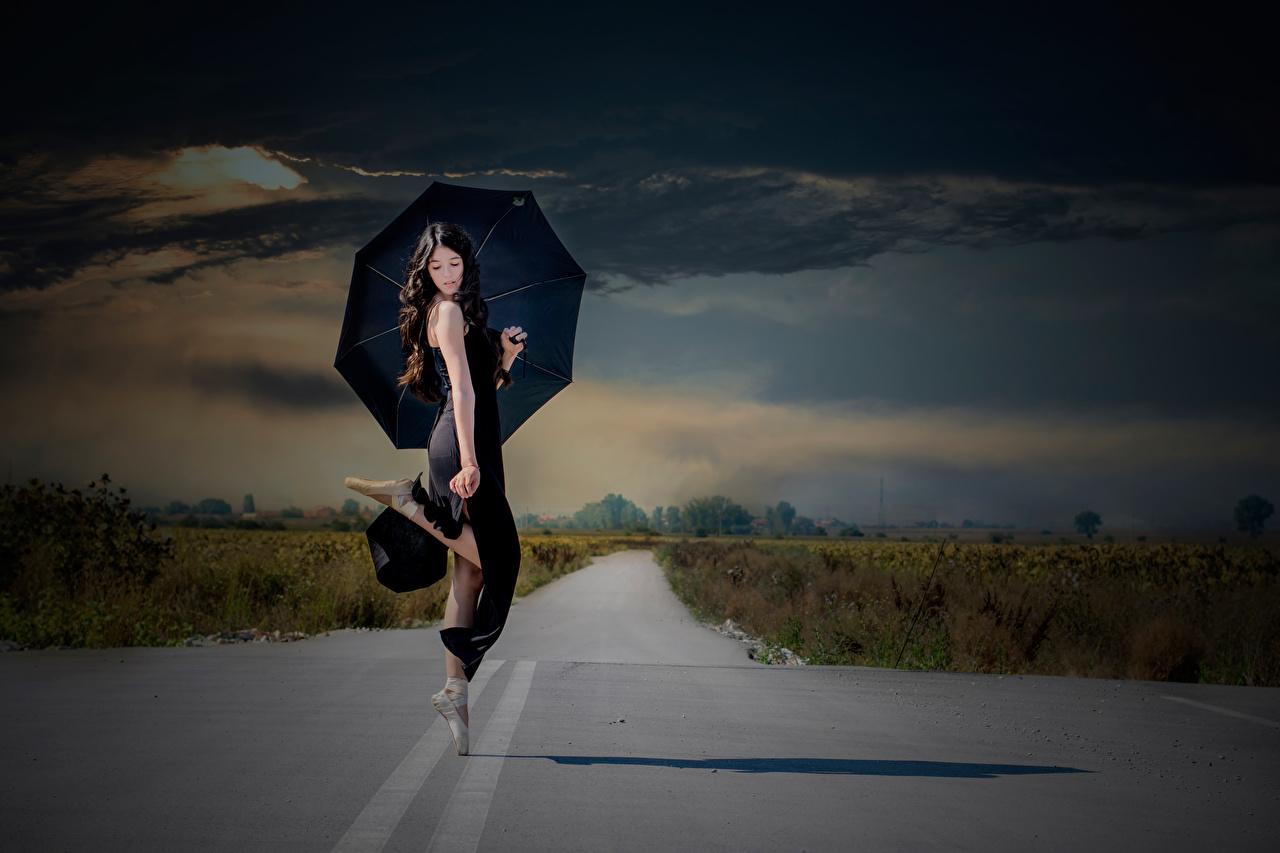 Обои для рабочего стола Брюнетка балета Танцы Девушки Дороги Зонт брюнетки брюнеток Балет балете танцует танцуют девушка молодая женщина молодые женщины зонтом зонтик