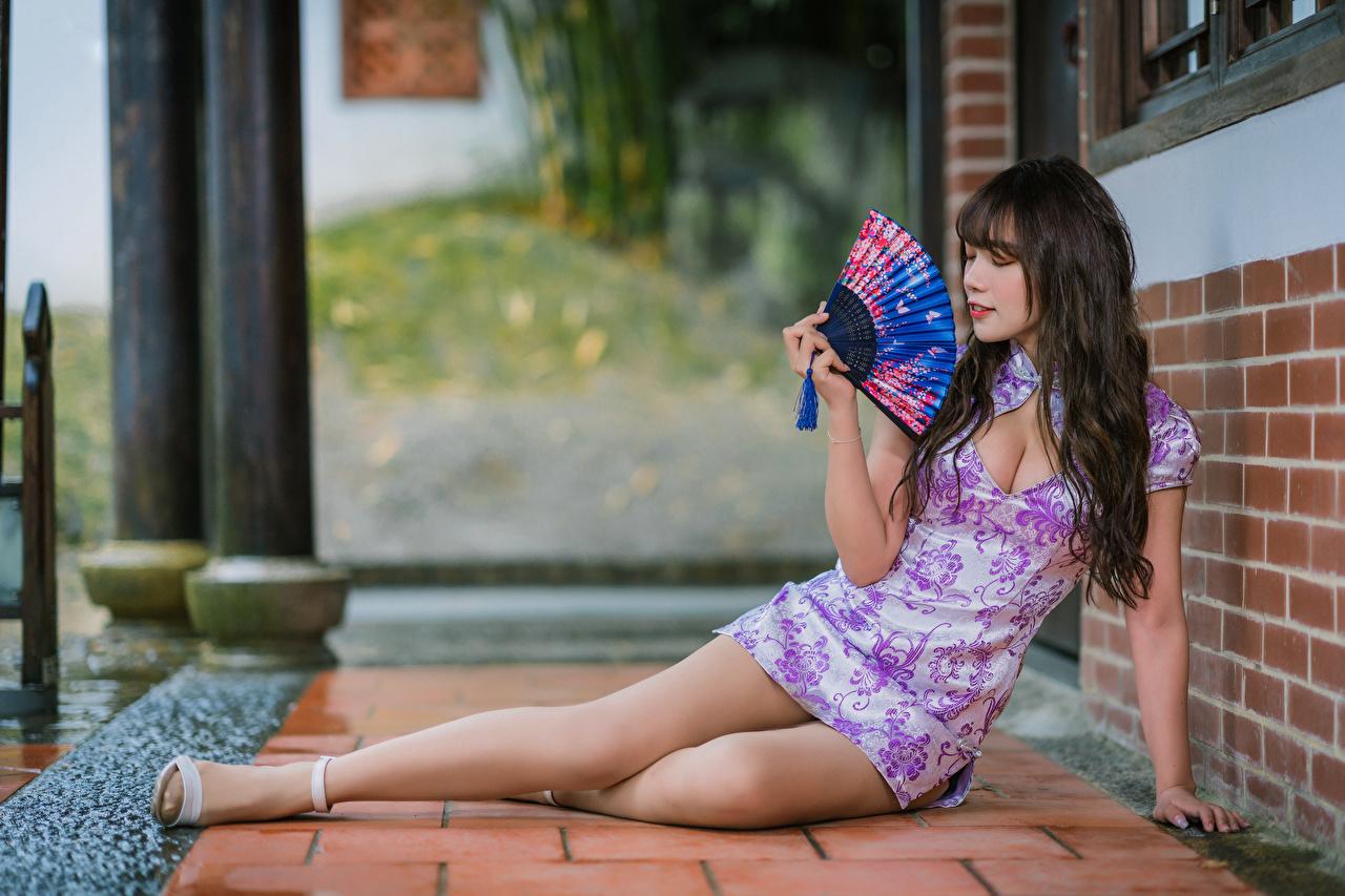 Фотографии Брюнетка Веер Девушки Ноги Азиаты платья брюнетки брюнеток девушка молодая женщина молодые женщины ног азиатки азиатка Платье