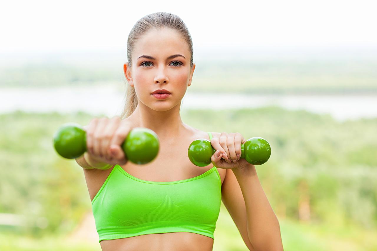 Картинки Физические упражнения Фитнес Лицо Спорт Девушки Гантели смотрит Тренировка Взгляд