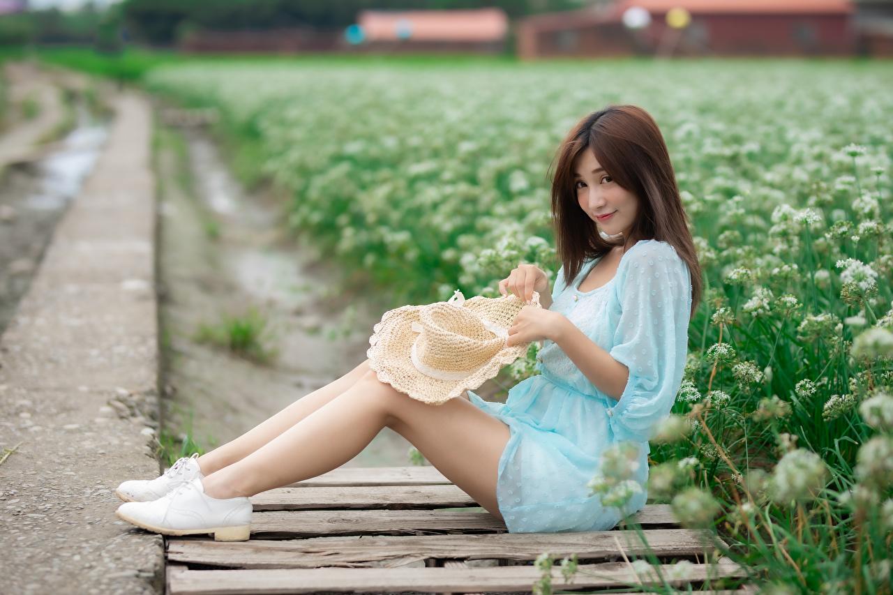 Картинки Шатенка шляпе девушка Ноги Азиаты сидящие Взгляд Платье шатенки шляпы Шляпа Девушки молодая женщина молодые женщины ног азиатки азиатка сидя Сидит смотрит смотрят платья