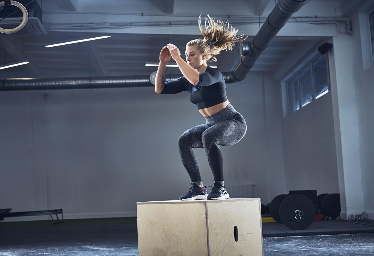 Картинка Тренировка спортивный зал Фитнес Спорт Девушки прыгать Спортзал спортзале тренируется физическое упражнение девушка спортивные спортивный спортивная молодые женщины молодая женщина Прыжок прыгает в прыжке