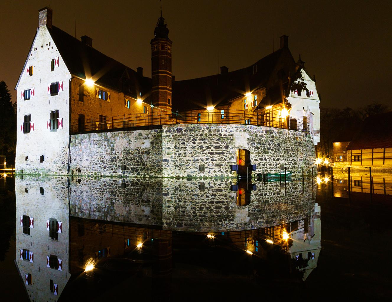 Картинка Германия Vischering Castle Замки Пруд отражении ночью Уличные фонари Города замок Отражение отражается Ночь в ночи Ночные город