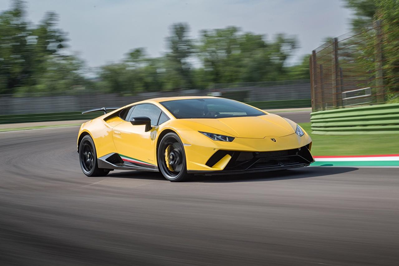Фотография Ламборгини Huracan Performante желтая едет машина Lamborghini желтых желтые Желтый едущий едущая скорость Движение авто машины автомобиль Автомобили