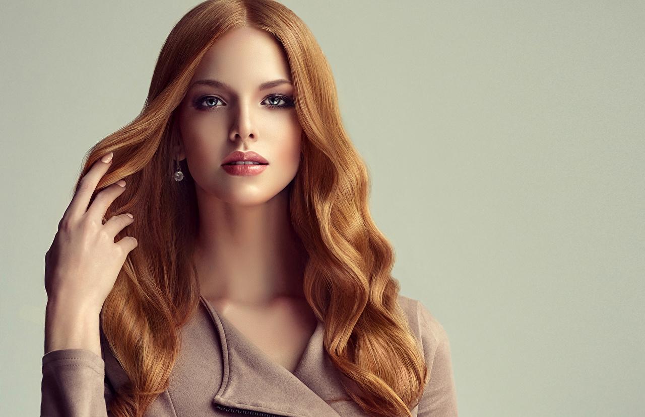 Картинки рыжие красивая Волосы Девушки рука смотрят сером фоне рыжих Рыжая красивый Красивые волос Руки Взгляд смотрит Серый фон