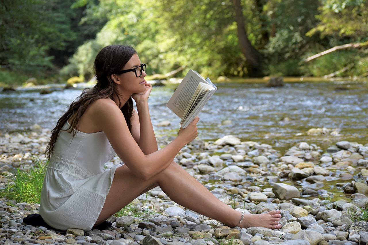 Фото брюнеток Девушки Ноги Сидит Книга очках речка Камень Брюнетка брюнетки девушка молодые женщины молодая женщина ног Очки Реки сидя река книги очков Камни сидящие