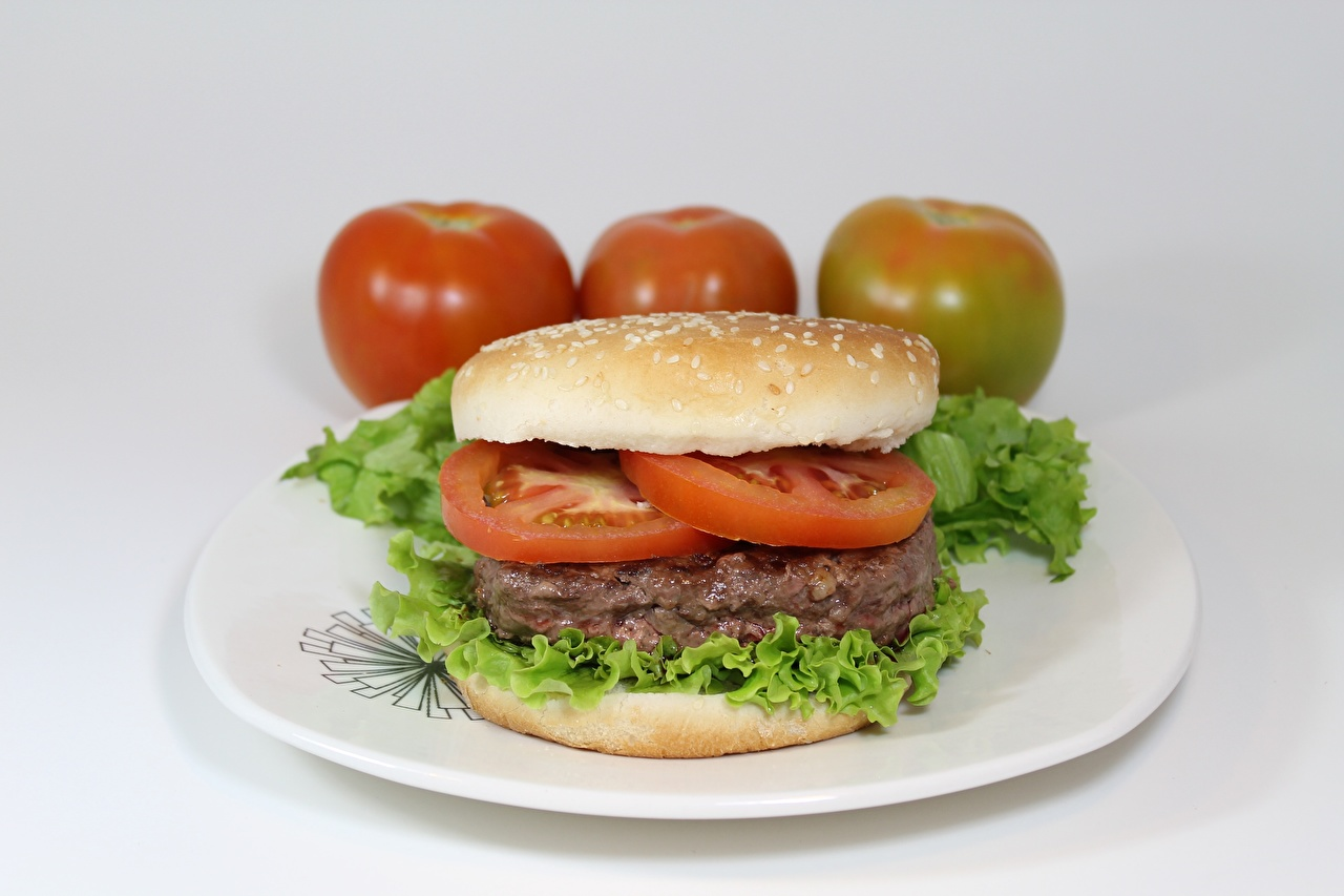 Фото Помидоры Гамбургер Тарелка Продукты питания Нарезанные продукты Мясные продукты Томаты Еда Пища нарезка
