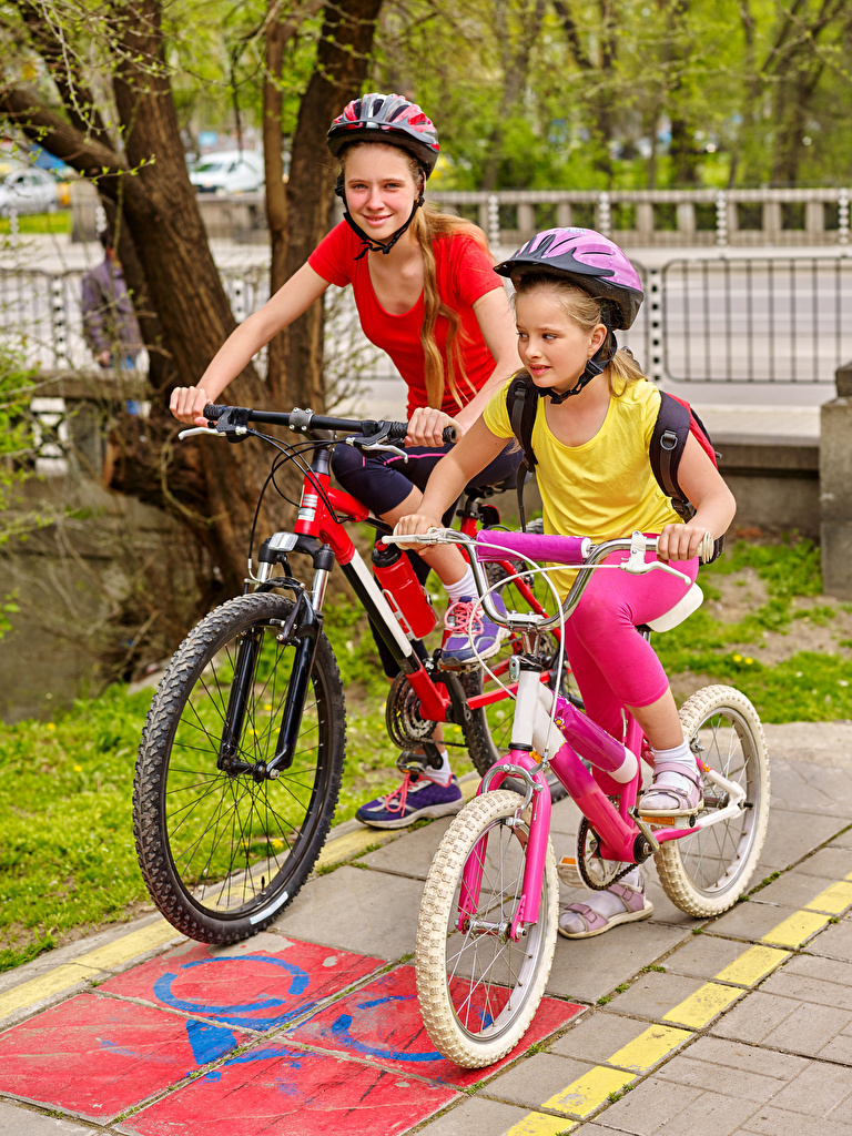 Картинка девочка Шлем ребёнок Велосипед вдвоем Девочки шлема в шлеме Дети велосипеде велосипеды 2 два две Двое