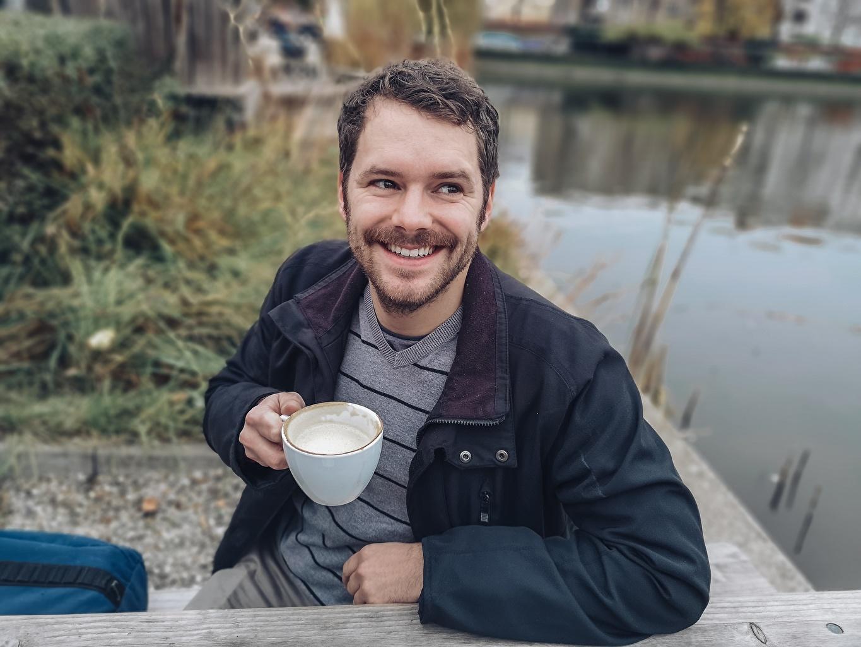 Фото Мужчины улыбается бородатые куртки сидя чашке мужчина Улыбка Борода бородой бородатый куртке Куртка куртках Чашка Сидит сидящие