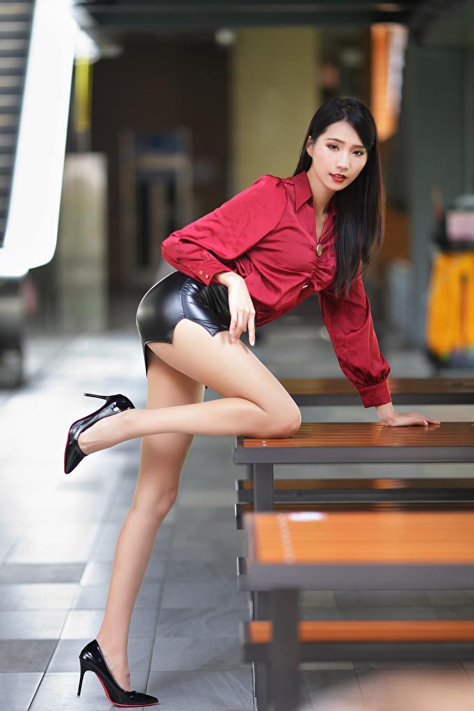 Фотографии юбке боке позирует Красивые Блузка Девушки Ноги азиатка туфель  для мобильного телефона юбки Юбка Размытый фон Поза красивая красивый девушка молодая женщина молодые женщины ног Азиаты азиатки Туфли туфлях