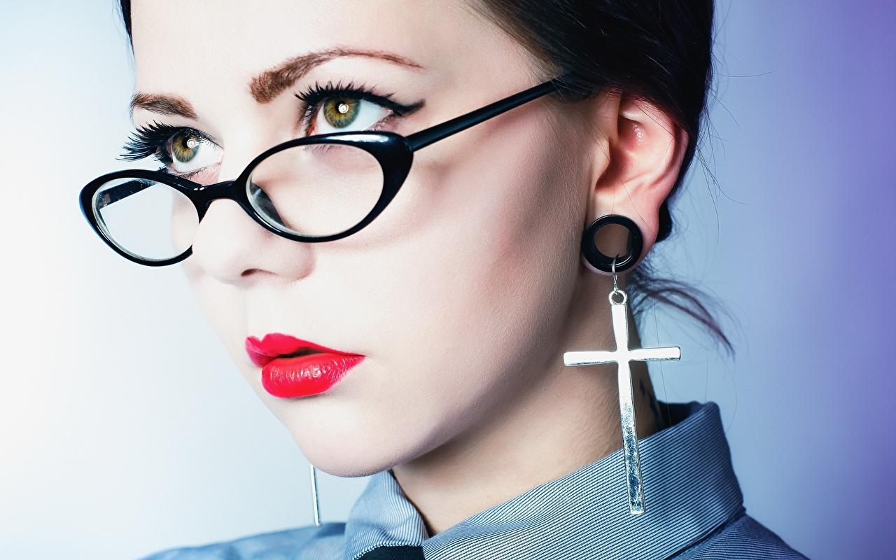 Фотографии косметика на лице лица девушка крестов серег очках Взгляд Красные губы Макияж мейкап Лицо Девушки молодые женщины молодая женщина Крест креста Очки очков Серьги смотрит смотрят красными губами