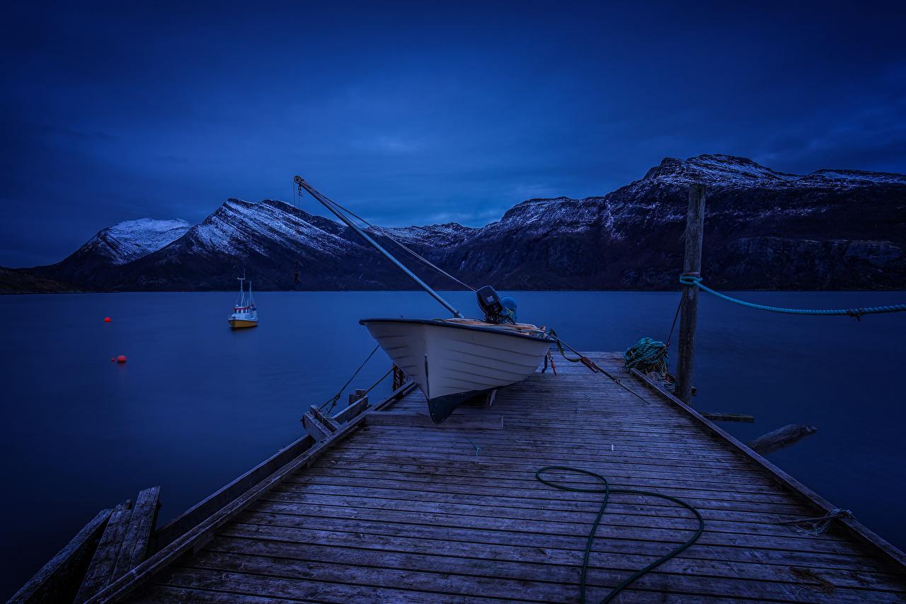 Картинка Норвегия Skjerstadfjorden Горы Природа Ночь Лодки Пирсы речка Реки Ночные Причалы Пристань