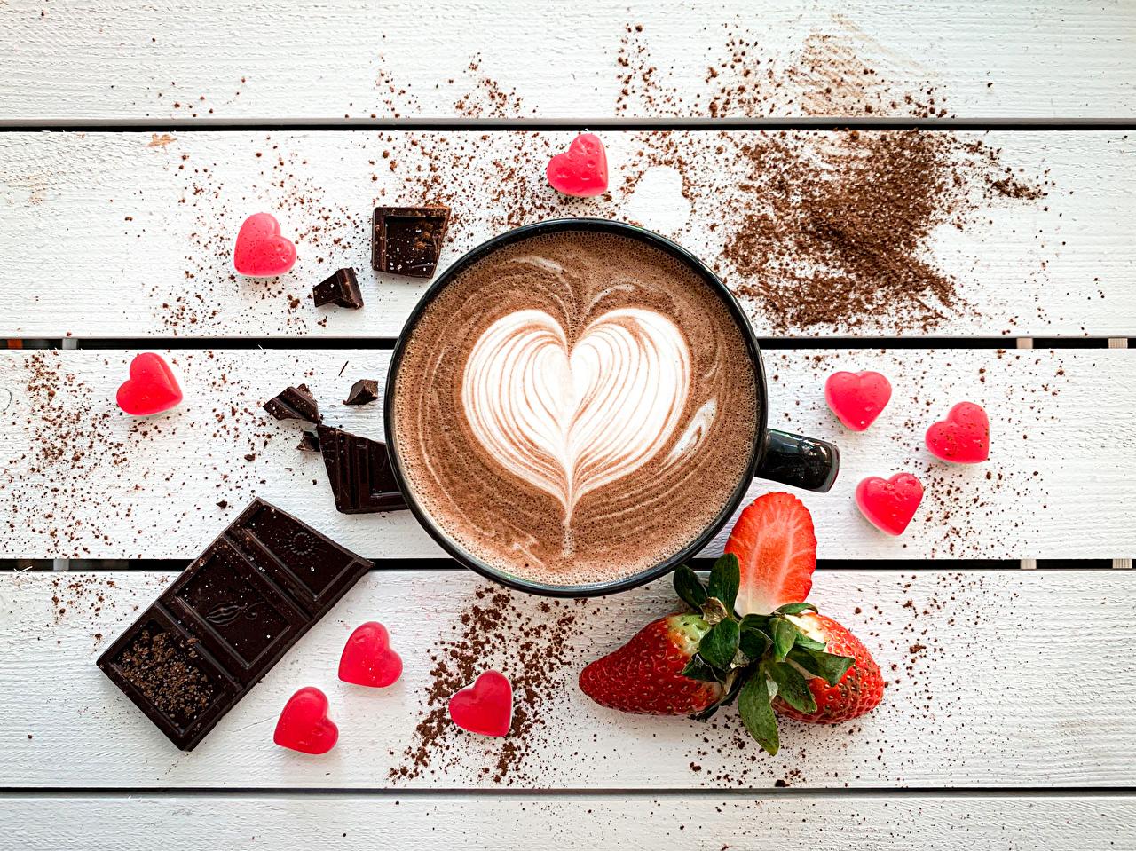 Обои для рабочего стола сердца Шоколад Кофе Клубника Ягоды Кружка Продукты питания Доски серце Сердце сердечко Еда Пища кружки кружке