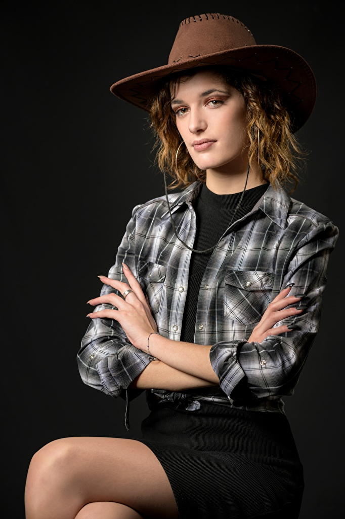 Картинка Юбка Ковбой Morgane позирует Шляпа девушка рубашки сидящие Взгляд  для мобильного телефона юбки юбке ковбои ковбоя Поза шляпы шляпе Рубашка Девушки рубашке молодые женщины молодая женщина сидя Сидит смотрят смотрит