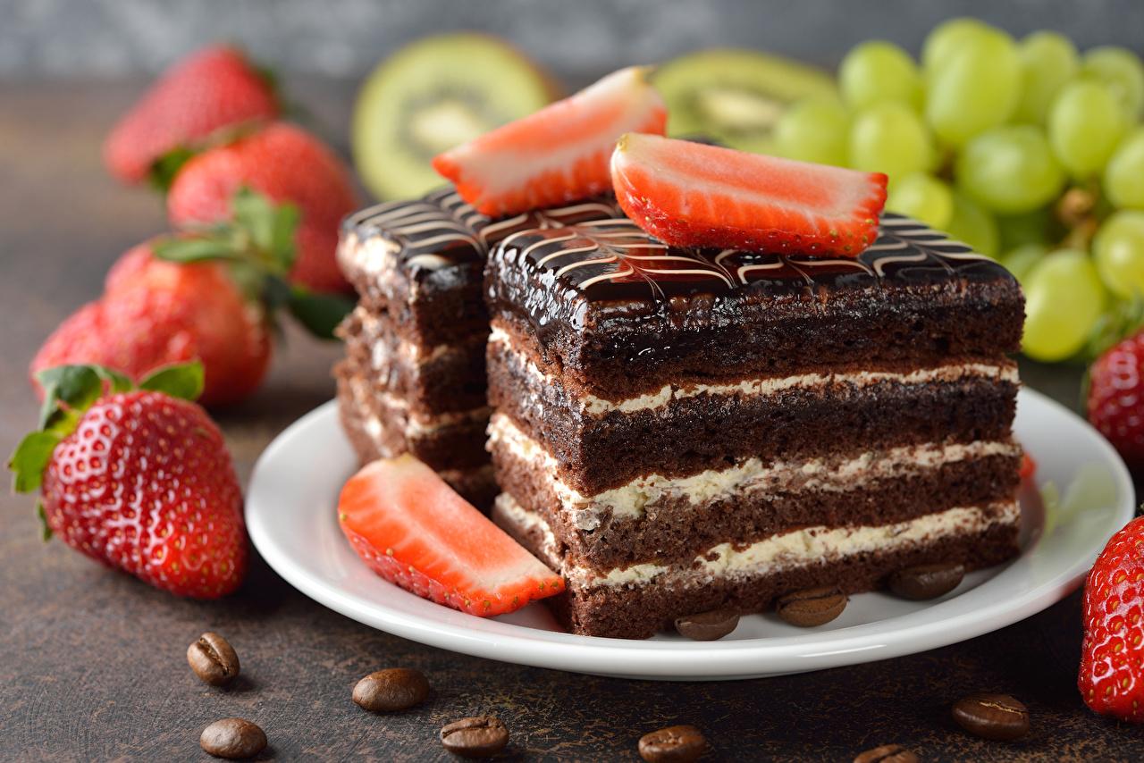 Фотография Кофе Клубника Пища тарелке Пирожное Сладости Еда Тарелка Продукты питания сладкая еда