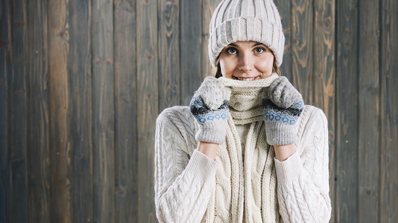 Фото шарфом рукавицы улыбается Шапки Девушки смотрит Доски Шарф шарфе Варежки варежках рукавицах Улыбка шапка в шапке девушка молодые женщины молодая женщина Взгляд смотрят