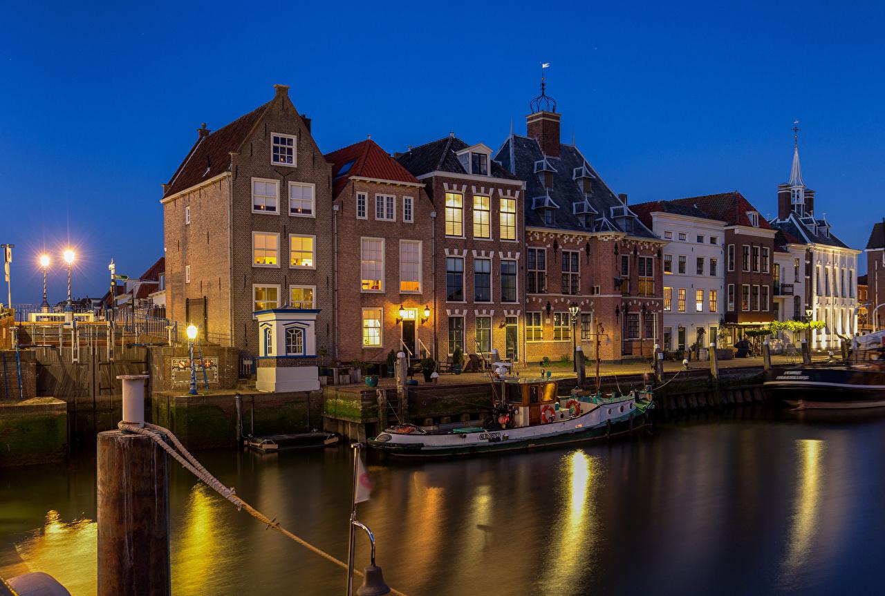 Картинка Нидерланды Maassluis воде Ночь Лодки город Здания голландия Вода ночью в ночи Ночные Дома Города