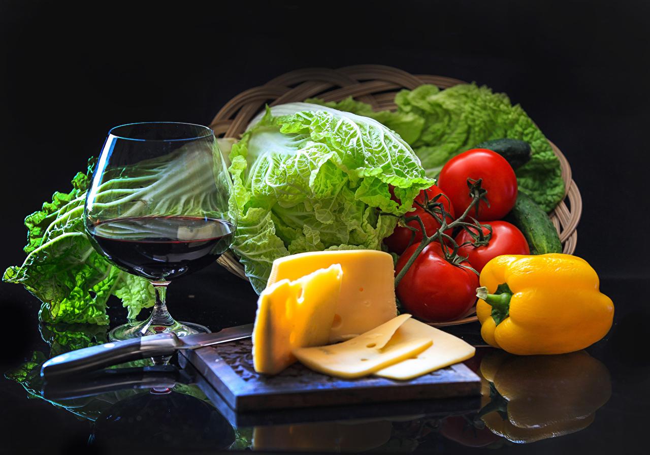 Картинка Вино Помидоры Сыры Пища Перец Овощи Бокалы Натюрморт Черный фон Томаты Еда Продукты питания