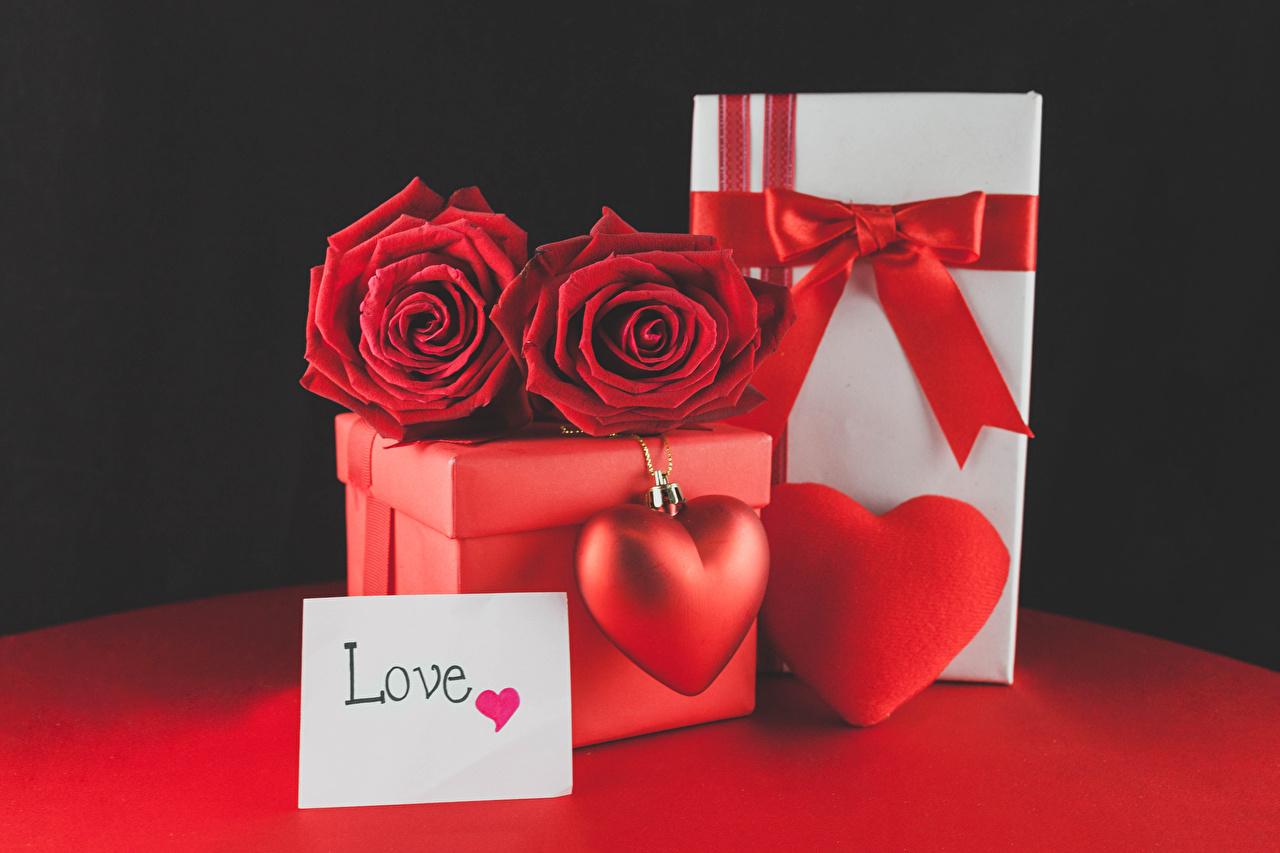 Картинки День святого Валентина Английский Сердце Розы Красный Цветы Коробка Подарки Бантик Черный фон День всех влюблённых сердечко