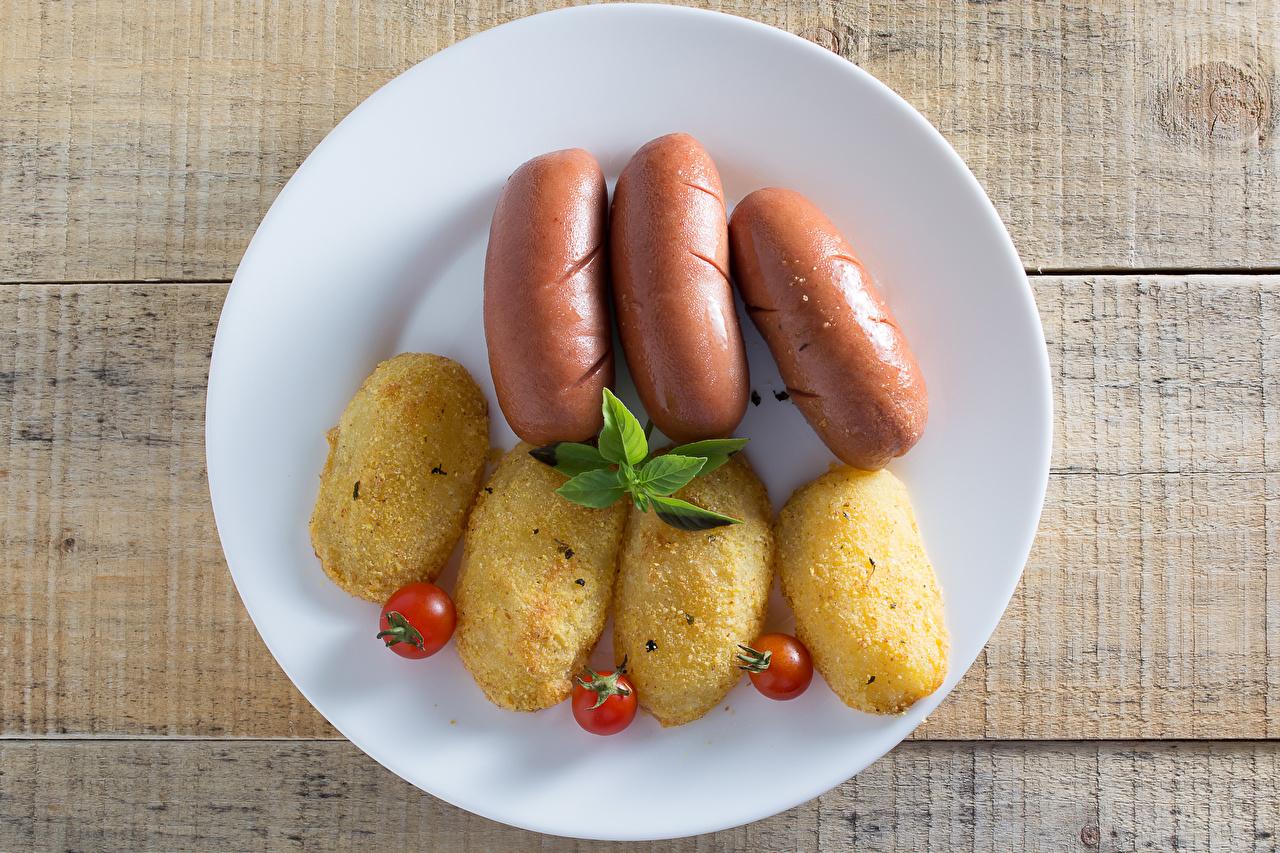 Картинка Томаты картошка Сосиска Еда Тарелка Доски Помидоры Картофель Пища Продукты питания