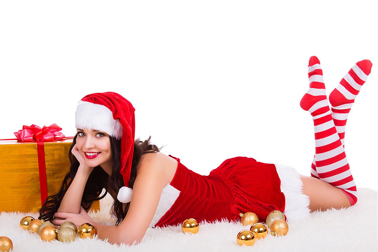 Картинки Гольфы Рождество Улыбка Шапки Девушки Ноги Шарики Униформа Белый фон Новый год Шар