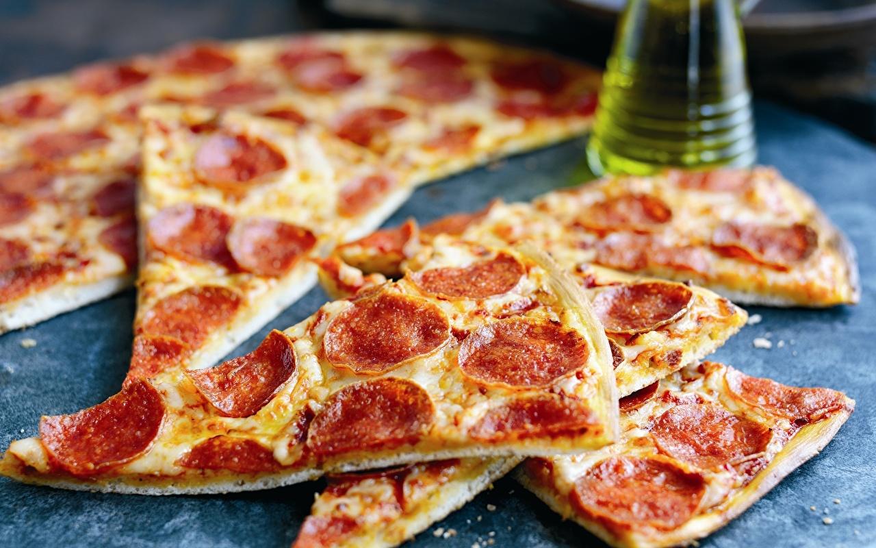 Фотографии Пицца Колбаса часть Продукты питания вблизи Кусок кусочки кусочек Еда Пища Крупным планом